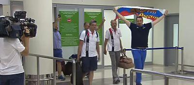 Los aficionados rusos llegan a Moscú con los brazos en alto. Foto: Youtube.