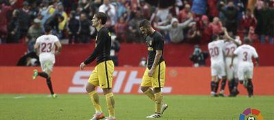 Koke y Griezmann lamentan el gol de N'Zonzi. Foto: LaLiga.