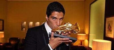 Suárez besa la Bota de Oro que le acredita como máximo goleador de la pasada temporada en Europa. Foto: @fcbtv.