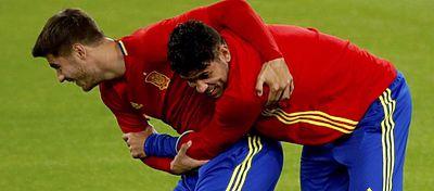 Morata y Diego Costa bromean durante un entrenamiento con España. Foto: Twitter.