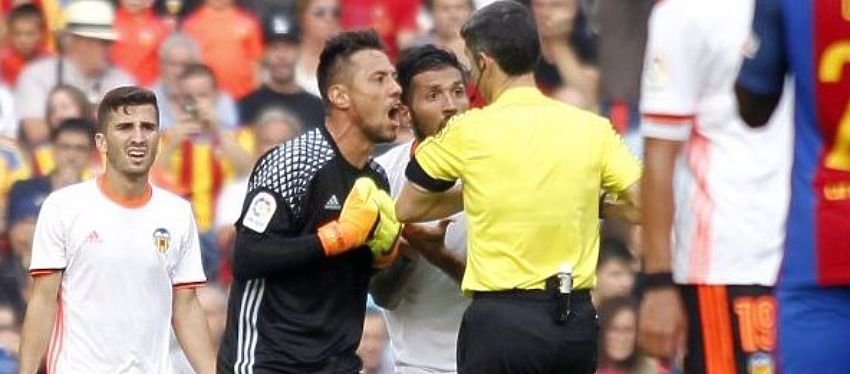 Los jugadores del Valencia acabaron desquiciados con Undiano Mallenco. Foto: @marca.