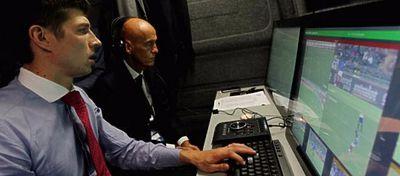 Pierluigi Collina, probando el nuevo sistema de arbitraje. Foto: Twitter.