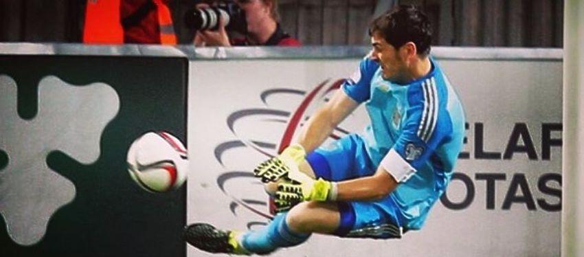 Casillas bloca el balón en uno de los partidos con España. Foto: Instagram.