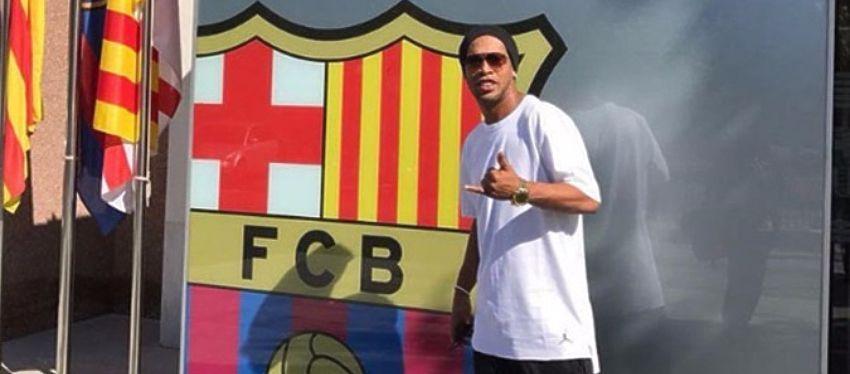 Ronaldinho, en las oficinas del Camp Nou. Foto: Twitter.