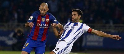Mascherano disputa un balón con Xabi Prieto. Foto: As.