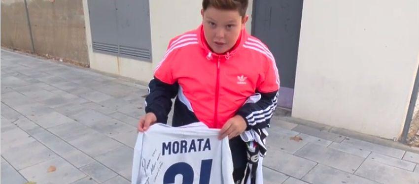 El joven aficionado posa con la camiseta dedicada por Morata. Foto: As TV.