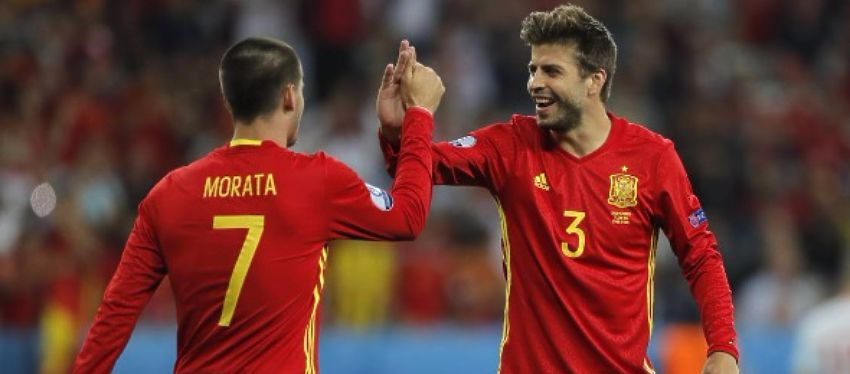 Piqué bromea con Morata en el partido frente a Bélgica. Foto: Twitter.