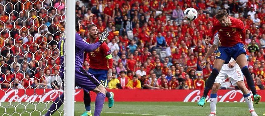Gerard Piqué remata de cabeza en el que fue el gol de la victoria ante la República Checa. Foto: Instagram.