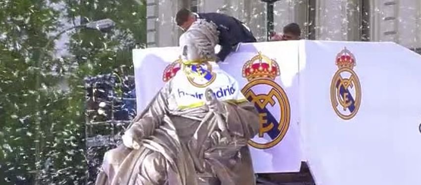 Sergio Ramos ofrece la Liga de Campeones a la diosa Cibeles. Foto: Mega.