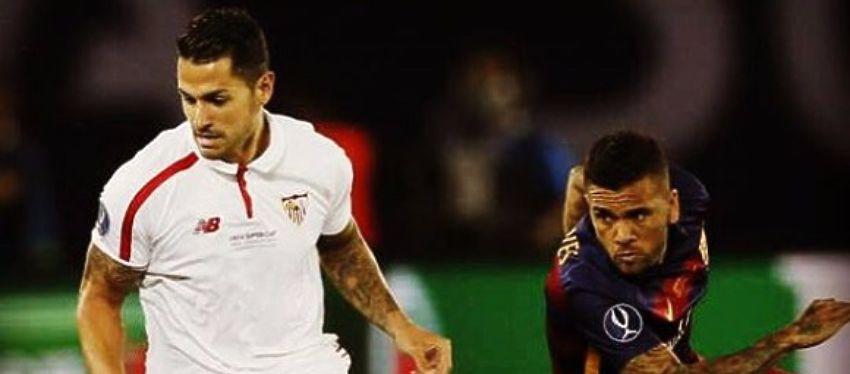 Vitolo disputa un balón con Dani Alves en la Supercopa de Europa. Foto: Instagram.