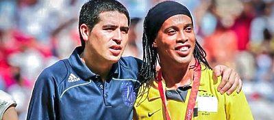 Aunque han coincidido en algún acto público, Riquelme y Ronaldinho nunca han compartido equipo. Foto: Twitter.