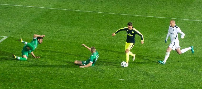 Mesut Ozil dejó por los suelos a dos rivales del Ludogorets ante la mirada del portero. Foto: @arsenaldsc.