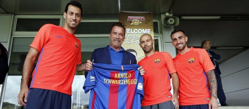 Schwarzenegger posó con varios jugadores del Barça y se llevó su propia camiseta personalizada. Foto: FC Barcelona.