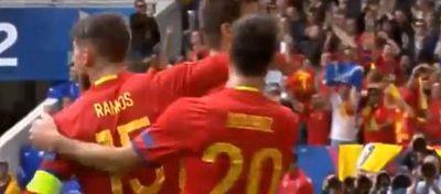 España celebrando el gol conseguido por Piqué