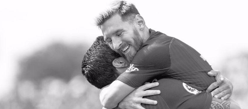 Messi se abraza con Suárez tras el gol del charrúa. Foto: Twitter.