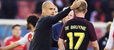 Guardiola felicita a Kevin de Bruyne. Foto: Twitter.