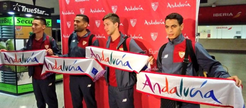 El Sevilla posó en el aeropuerto antes de volar hacia Zagreb. Foto: Sevilla FC.