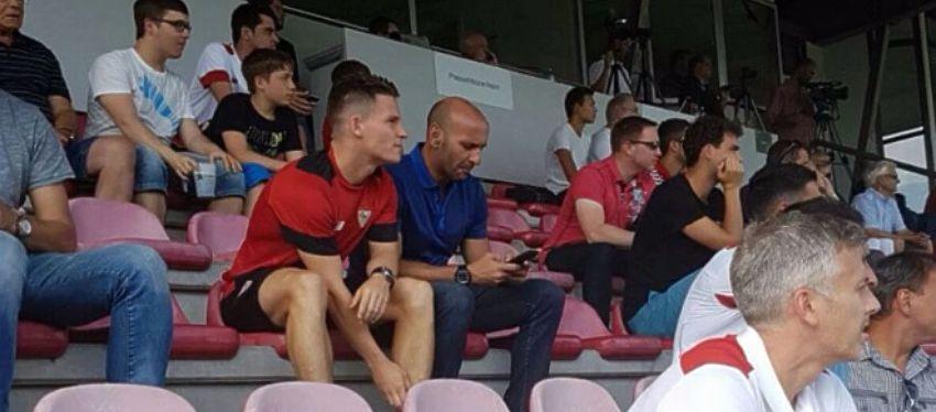 Gameiro estuvo en la grada con Monchi viendo el partido ante el Sandhausen alemán. Foto: Twitter.
