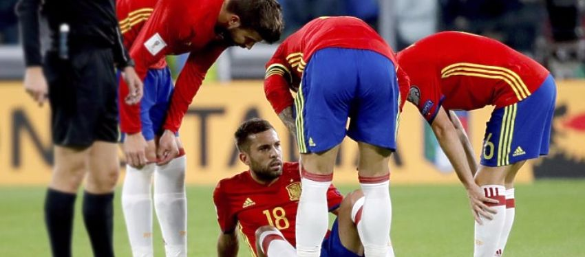 Jordi Alba no aguantó ante Italia y tuvo que pedir el cambio en el minuto 20. Foto: Twitter.