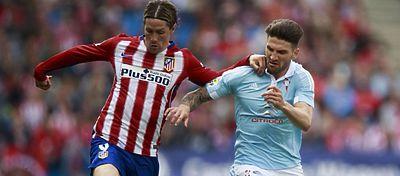 Fernando Torres disputa un balón en el partido ante el Celta. Foto: @futbol_espanol.
