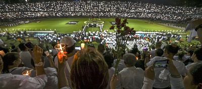 Las luces de las miles de velas inundaron el estadio Atanasio Girardot en homenaje al Chapecoense. Foto: Twitter.