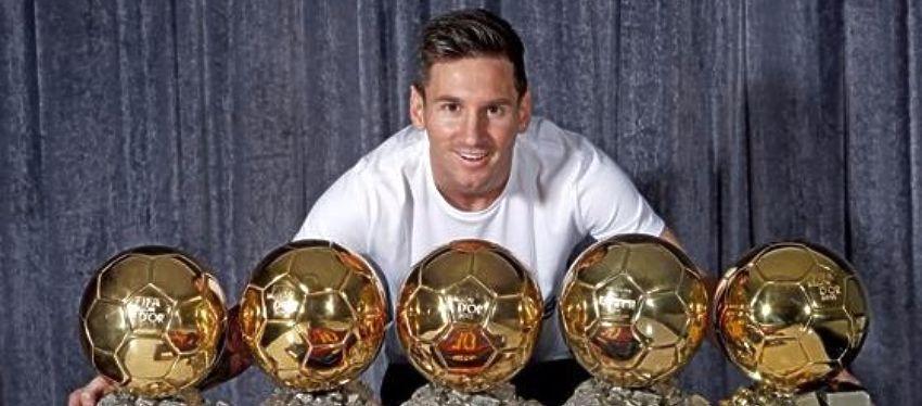 Leo Messi posa con sus cinco Balones de Oro. Foto: Twitter.