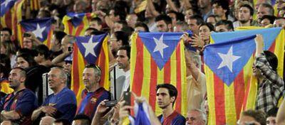 Esteladas portadas por los aficionados del Fc Barcelona - Foto: Twitter
