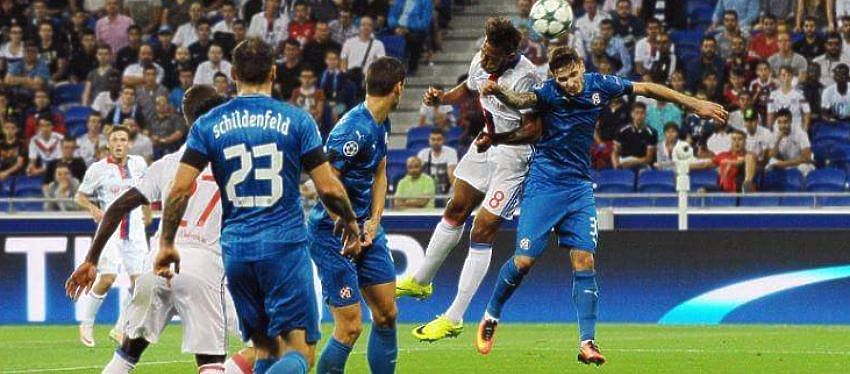 Jugadore del Lyon y del Dinamo disputan un balón |Foto: @gnkdinamo