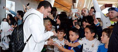 Pepe hace las delicias de los más pequeños a su llegada a León. Foto: Real Madrid.