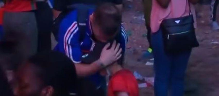 Niño portugues abraza niño frances final Eurocopa 2016