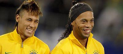 Neymar y Ronaldinho, con la selección brasileña. Foto: Twitter.