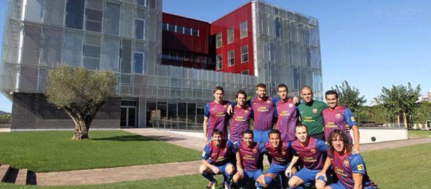 Varios jugadores y ex jugadores del Barça posan frente a las instalaciones del Barça. Foto: Sport.
