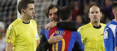 El abrazo de la polémica entre Quique Sánchez Flores y Messi. Foto: Marca.