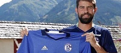 Coke posa con la camiseta del Schalke 04. Foto: Instagram.