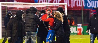 Los 'aficionados' del Feyenoord pagaron su frustración con el hijo de Henrik Larsson. Foto: Twitter.