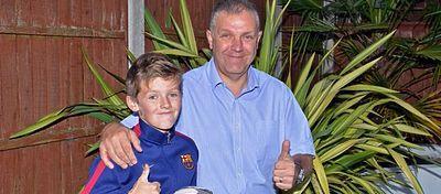 Spencer posa orgulloso con su padre. Foto: Mirror.co.uk.