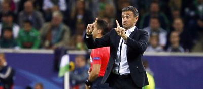 Luis Enrique reparte instrucciones a su equipo. Foto: FC Barcelona.