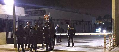 Los cuerpos de seguridad tuvieron que presentarse en Paterna para escoltar a los jugadores. Foto: Twitter.