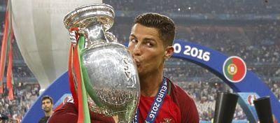Cristiano Ronaldo besa la Eurocopa. Foto. Twitter.