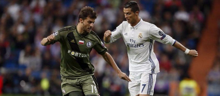 Cristiano Ronaldo disputa un balón con Bereszynski. Foto: Diario Ole.