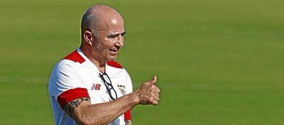 Jorge Sampaoli dirige un entrenamiento del Sevilla en la pretemporada. Foto: Twitter.