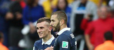 Benzema celebra un gol junto a Griezmann con la selección francesa. Foto: @elchiringuitotv.