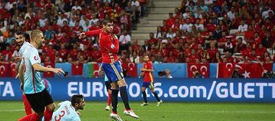 Morata remata el 1-0 en el partido de España frente a Turquía. Foto: @uefaeuro.