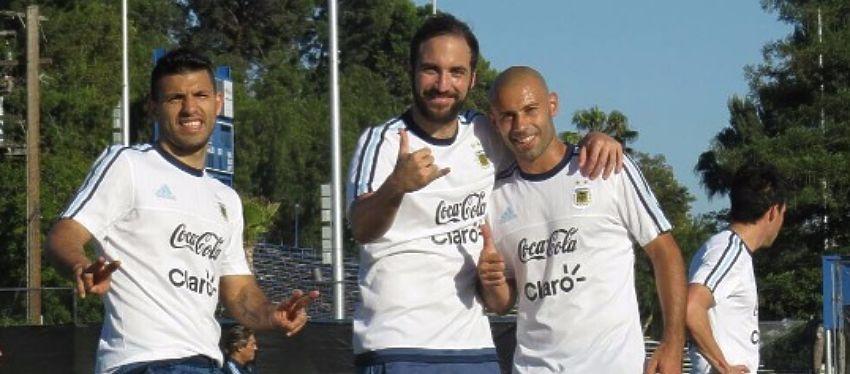 Mascherano posa junto a Higuaín y Agüero en la concentración de la selección argentina. Foto: Instagram.