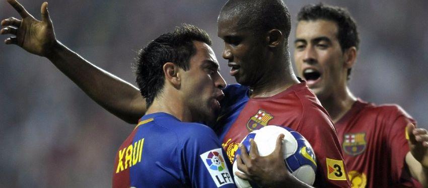 Xavi abraza a Eto'o durante su etapa en el Barça. Foto: Twitter.