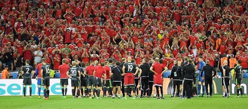 Los jugadores de Gales dan las gracias a sus seguidores tras el partido | Foto: @Gales_es