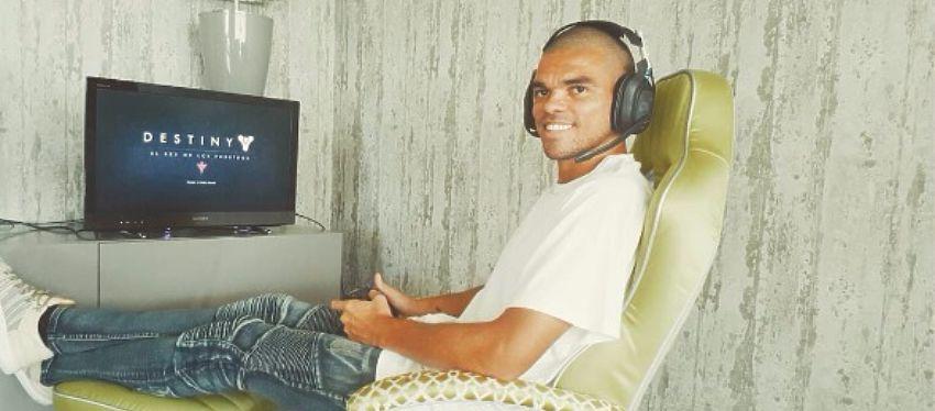 Pepe también es un gran aficionado a los videojuegos en su tiempo libre. Foto: Instagram.
