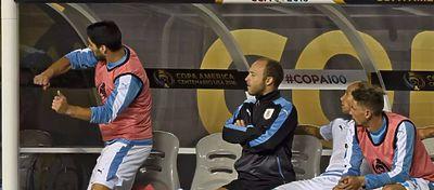 Luis Suárez pagó su enfado con el banquillo de Uruguay. Foto: The Guardian.