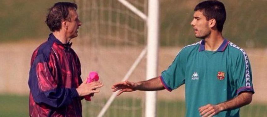 Pep Guardiola charla con Johan Cruyff, en su etapa como jugador. Foto: Twitter.