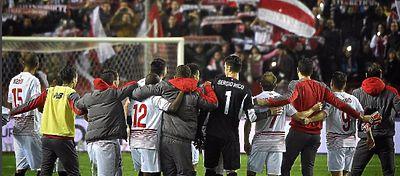 Los jugadores del Sevilla celebran una victoria con la afición. Foto: Instagram.